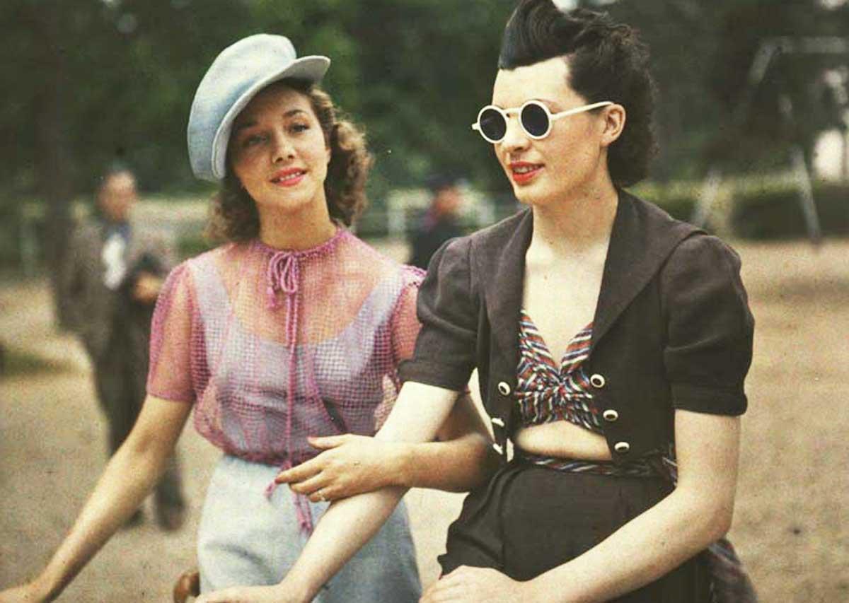 Jules-Richard-photo-of-two-women-in-Paris-musée-Nicéphore