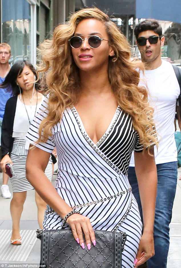 beyoncé curves and decollete
