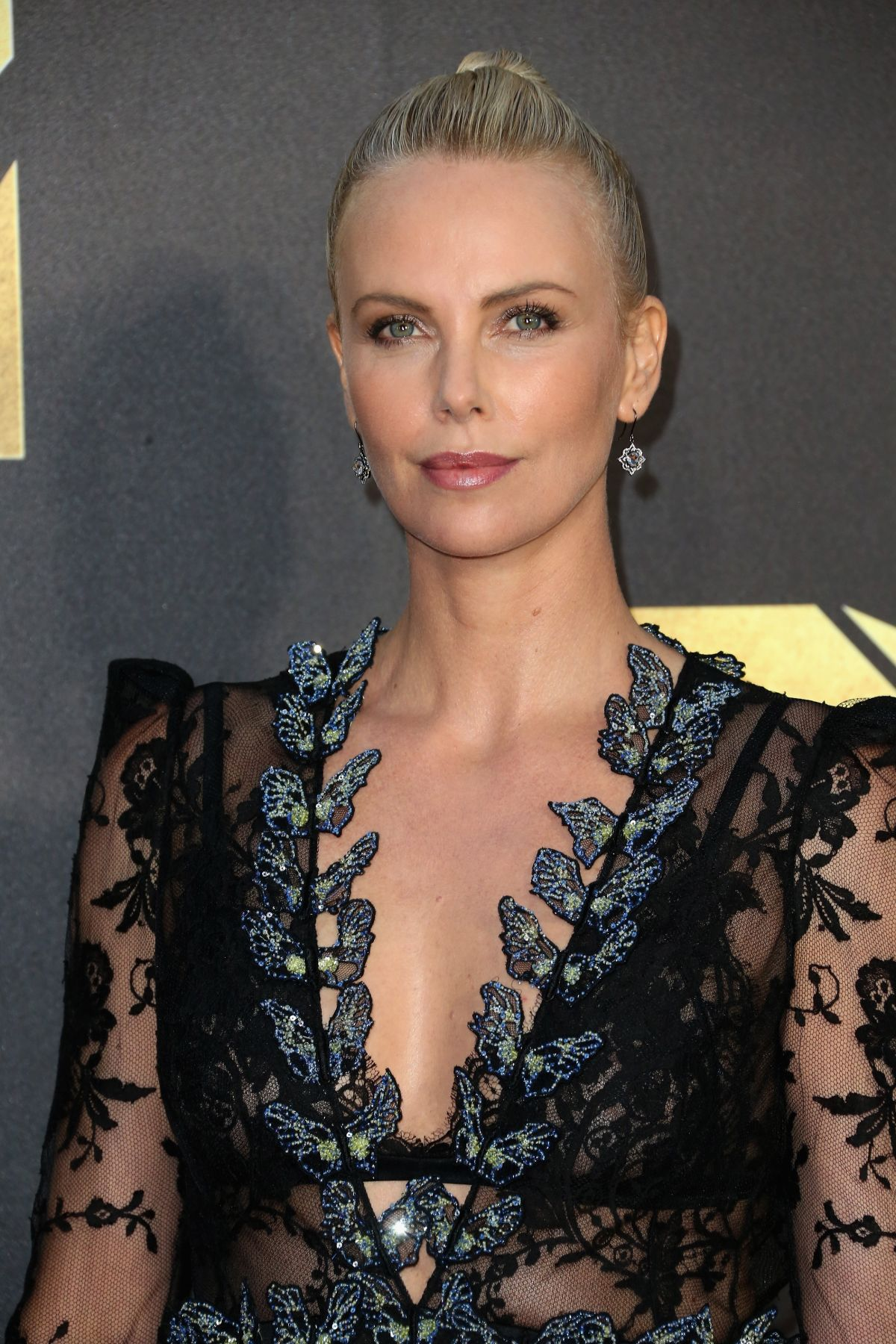 charlize-theron-at-2016-mtv-movie-awards-in-burbank-04-09-2016_1