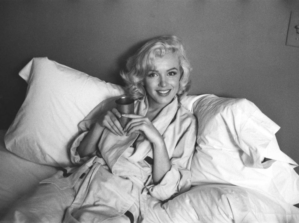 Marilyn-Monrie-in-bed-VS-Magazine-1400x1045