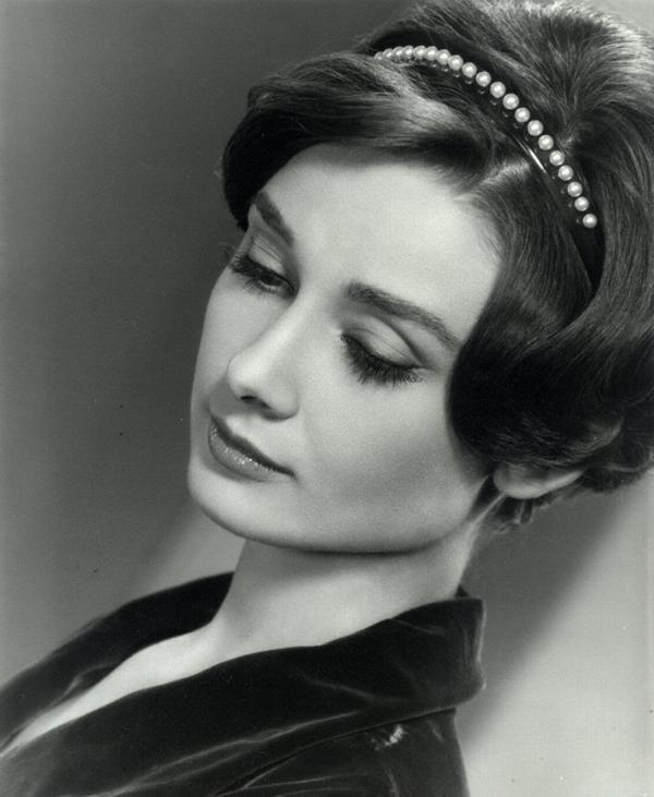 Audrey-Hepburn-in-pearl-headband
