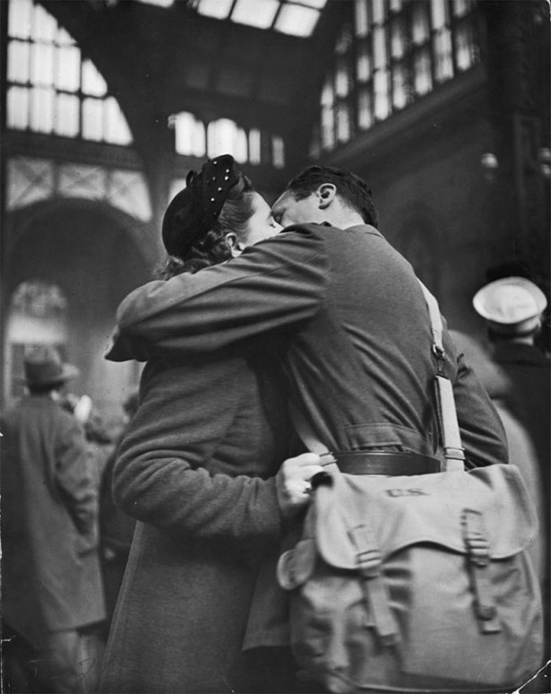 wartime-kisses-WWII-1943-soldiers-pennstation