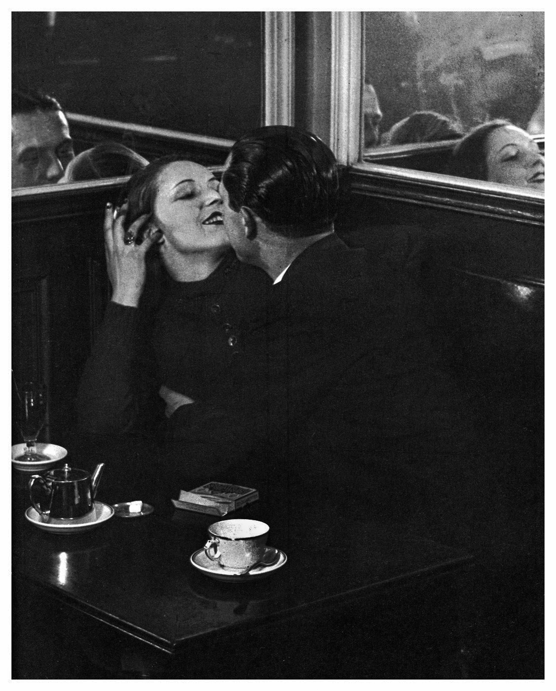 brassai-lovers-in-cafe-paris-1932
