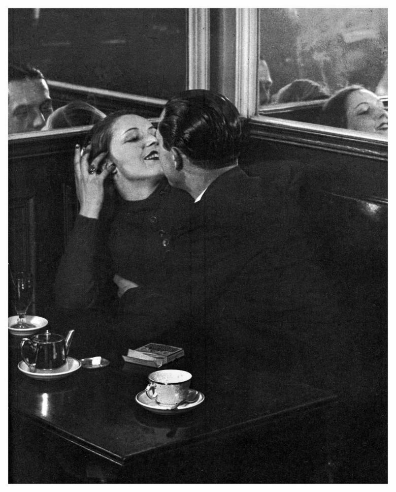 brassai-lovers-in-cafe-paris-1932