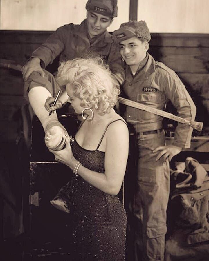 marilyn with soldiers